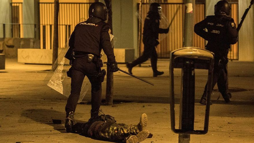 La policía deja en el suelo a Arona Diakhate tras tumbarle de un porrazo