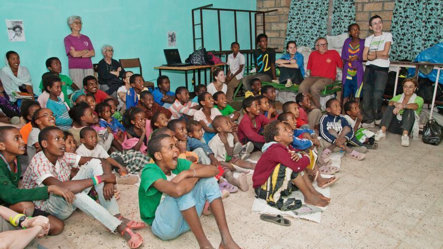 Un grupo de jóvenes partica una charla en presencia de varios miembros de Melaku.