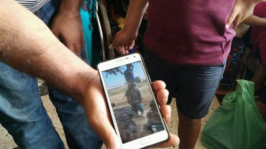 Un refugiado muestra en su móvil la foto de su hijo que ha conseguido cruzar a Melilla sin él \ G.S.