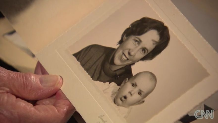 Una fotografía de Mary Lee-Berners Lee con Tim, su primogénito y el padre de la web