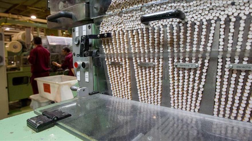 Dos operarios trabajan en la fábrica tabaquera Altadis. |
