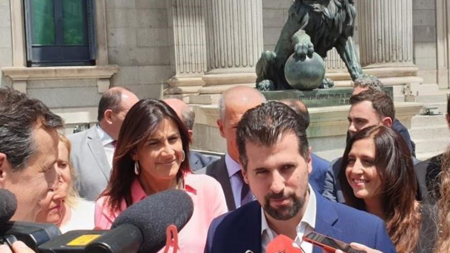 Luis Tudanca atiende a la prensa en el Congreso de los Diputados.