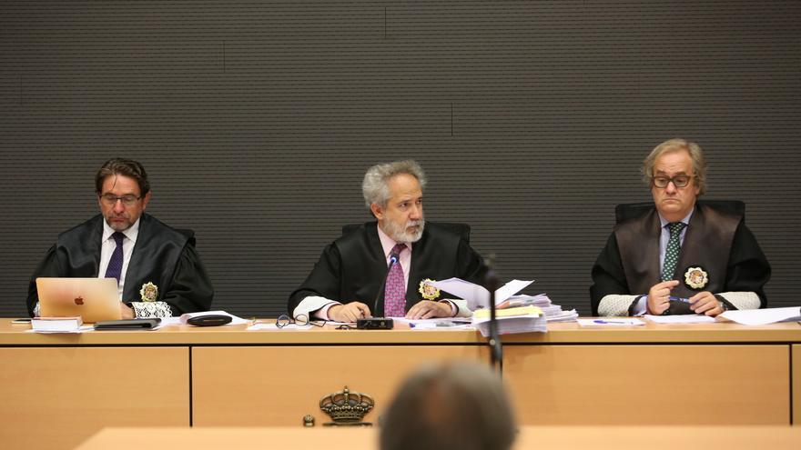 Salvador Alba, junto a Carlos Vielba y Emilio Moya, en el juicio del caso Calero. (ALEJANDRO RAMOS)