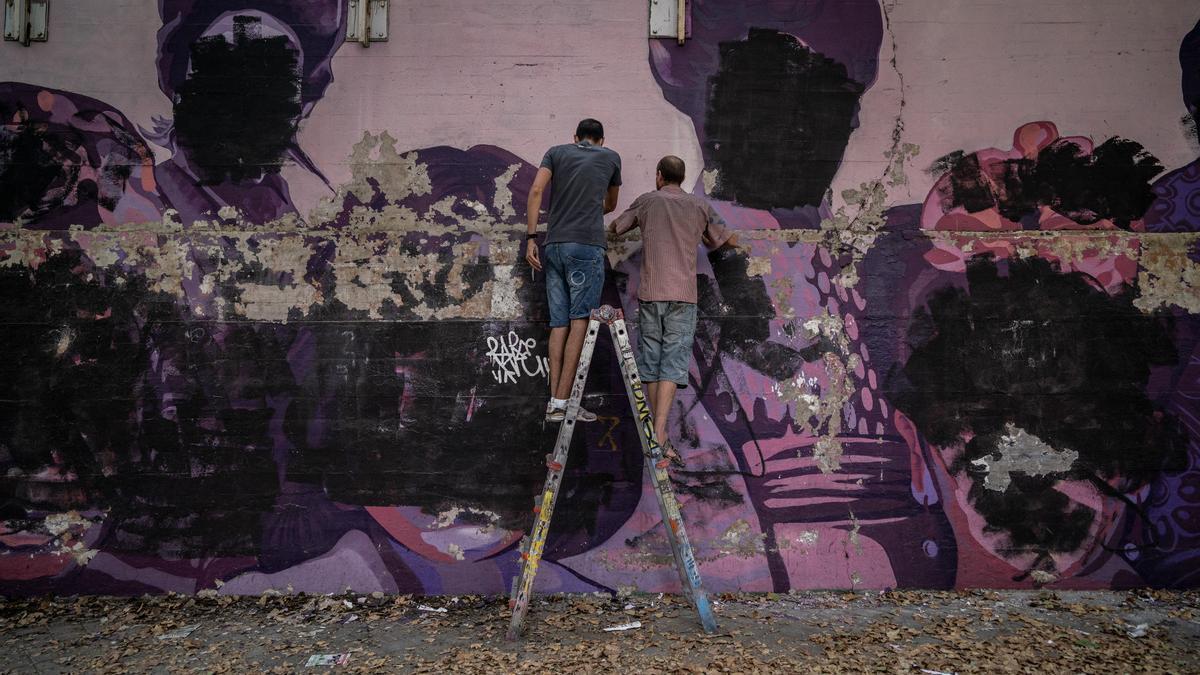 Vecinos trabajando en el mural feminista de Ciudad Lineal