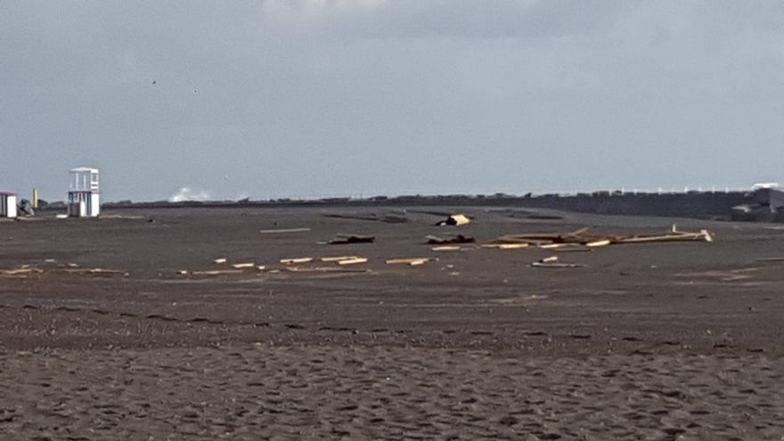 Las olas que saltaron por el espigón norte, al correr por la arena,  han desbaratado la plataforma que facilita el acceso de los bañistas a la orilla.