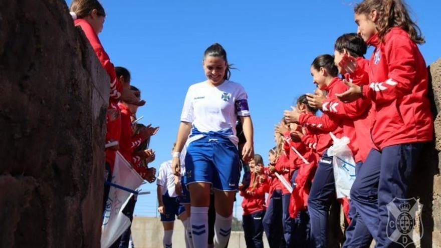 Pasillo de honor a las campeonas por parte del CD Tenerife Infantil Femenino.