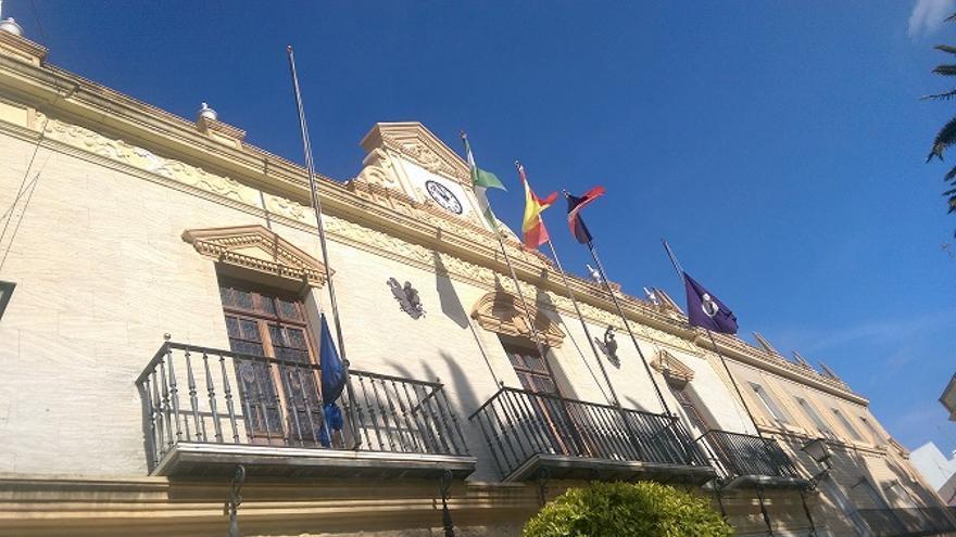 Ayamonte (Huelva) arria bandera de UE en protesta por trato a refugiados