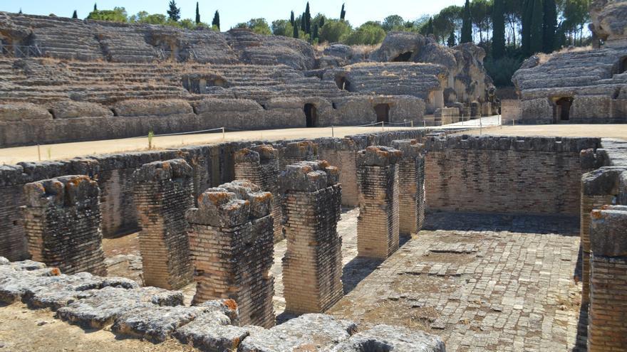 El impresionante anfiteatro de Santiponce, con su foso en primer plano.