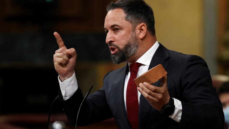 Abascal exhibe un adoquín en el Congreso para mostrar la violencia contra Vox