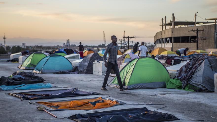Un migrante haitiano camina entre un campamento improvisado sobre la azotea de un albergue en Mexicali, Baja California