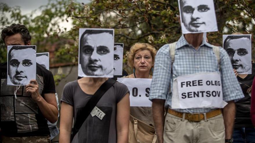 El cineasta ucraniano encarcelado en Rusia Oleg Sentsov gana el premio Sájarov