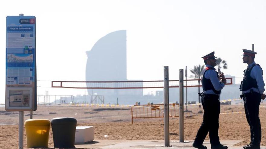 Acordonan una zona de una playa de Barcelona por un posible proyectil