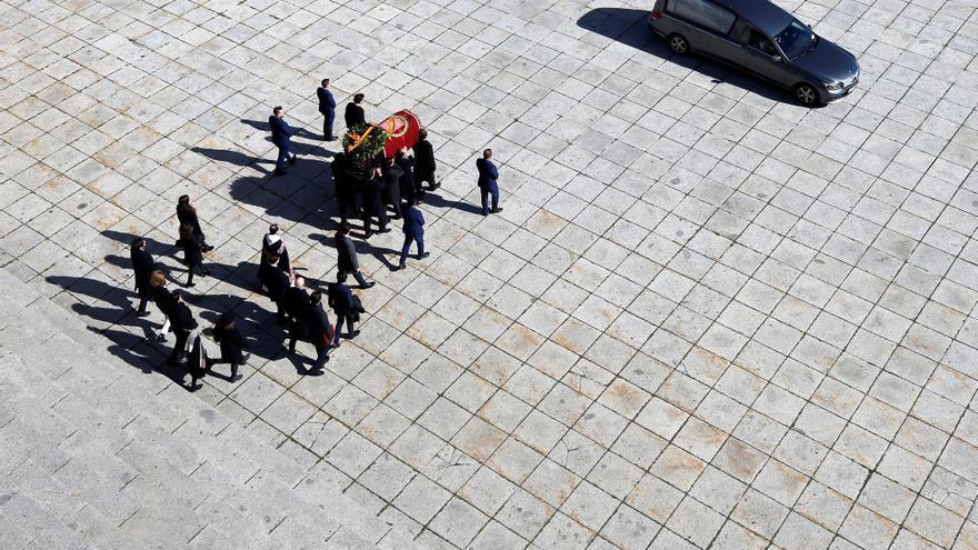 Los Franco trasladan el féretro con los restos de Francisco Franco tras la exhumación del dictador en el Valle de los Caídos.