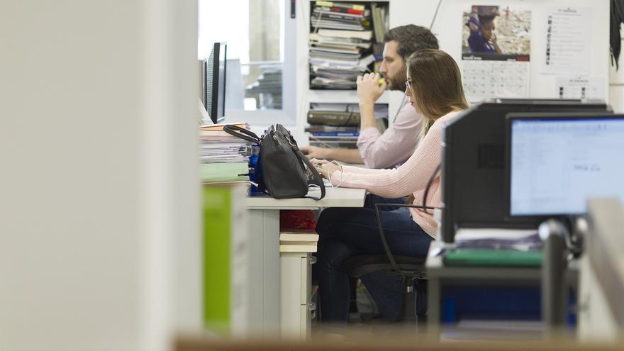 El paro baja en Andalucía en 4.900 personas en el primer trimestre y se crean 15.900 empleos