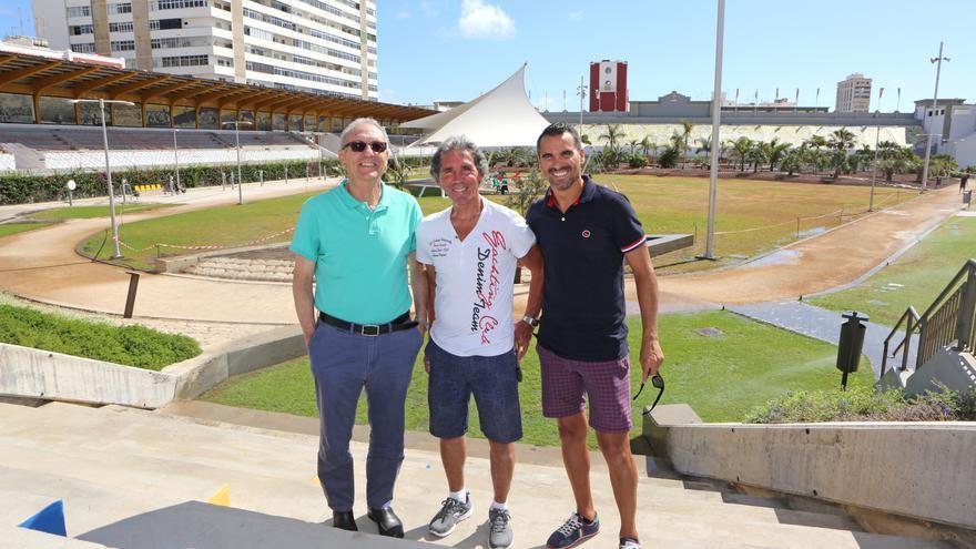 Germán Débora, Juani Castillo y Ángel López en el parque del Estadio Insular.