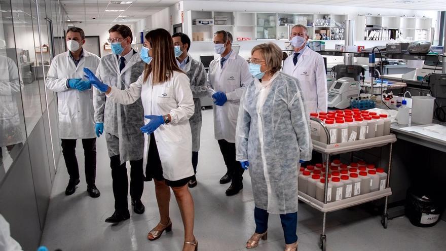 El presidente de la Generalitat, Ximo Puig, y la consellera de Sanidad, Ana Barceló, visitan los laboratorios Gamaser de Global Omnium.