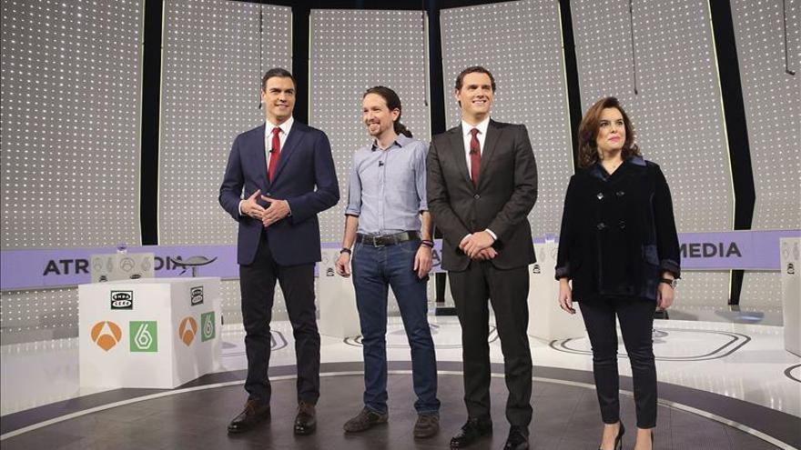 Sánchez hace esperar a los otros contrincantes por un fallo en su micro