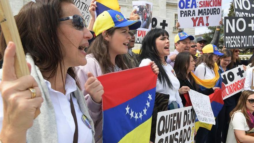 Venezolanos exigen libertad en su país en protesta frente al consulado
