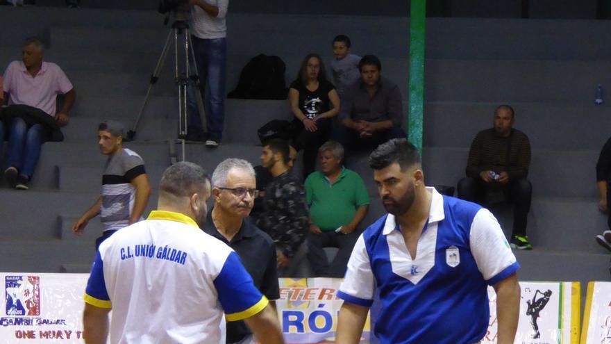 Rayco Santiago (Unión Gáldar) y Álvaro Déniz Pollo de Moya III (Unión Sardina) con el árbitro Isaac Guillén.