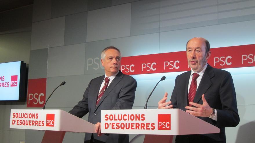 """PSOE y PSC sellan un documento para impulsar el federalismo y exigen """"diálogo"""" a Rajoy y Mas"""