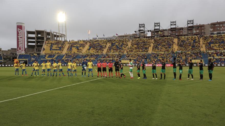 Imagen de los prolegómenos del encuentro Las Palmas-Racing de esta temporada.