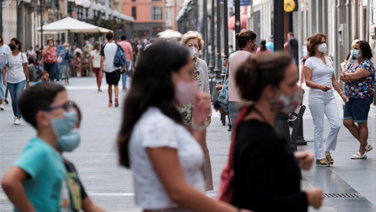 Gente con mascarillas en la calle Triana de Las Palmas de Gran Canaria