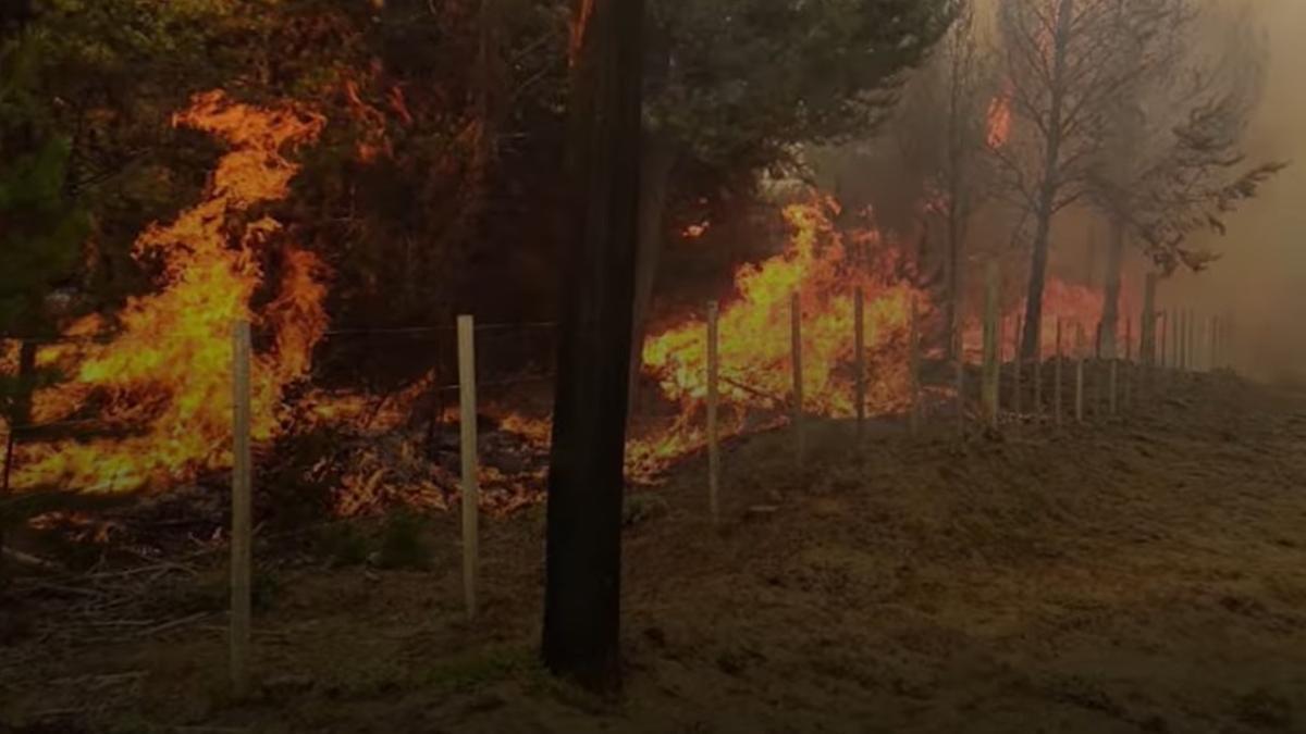 El fuego en El Bolsón sigue activo.