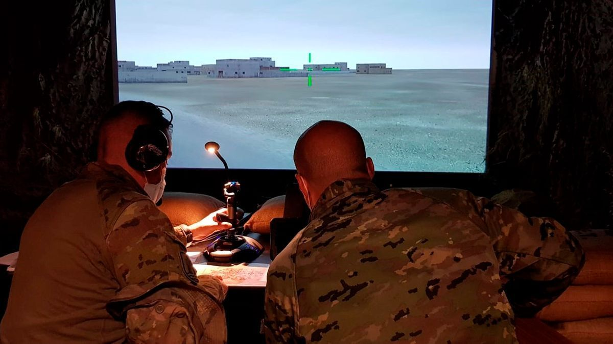Militares de Cerro Muriano se instruyen en el simulador.