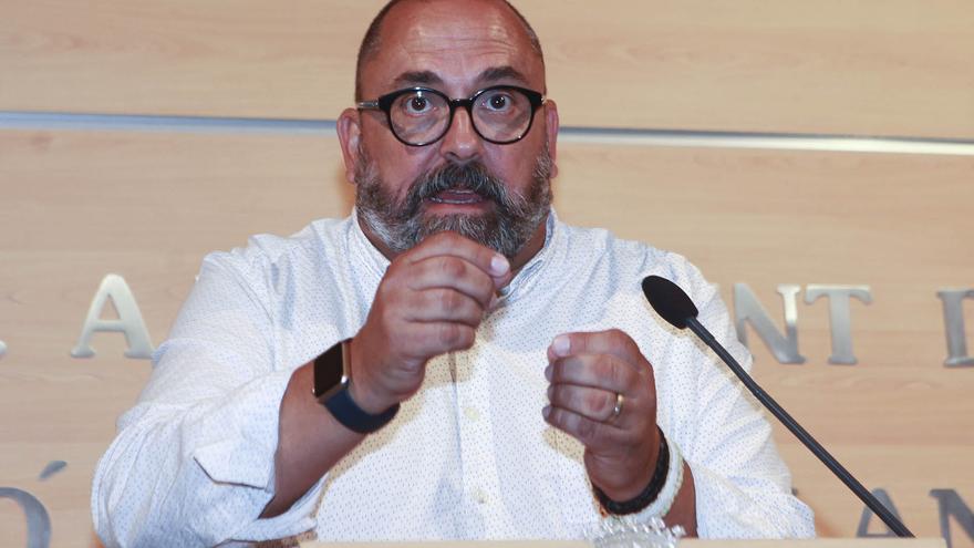 Enric Nomdedéu (Compromís), durante su rueda de prensa de despedida.