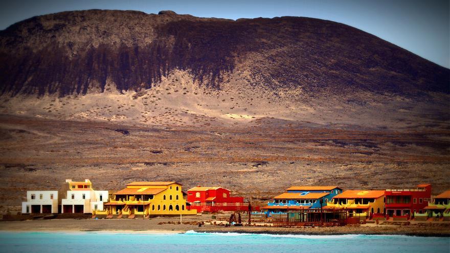 Casas de colores en la costa de Calhau. Tude e João