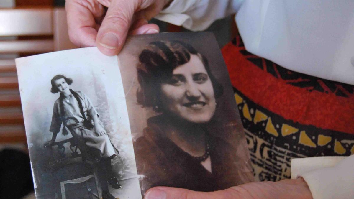 Aurora Navas muestra fotos de su madre, Matilde Morillo.