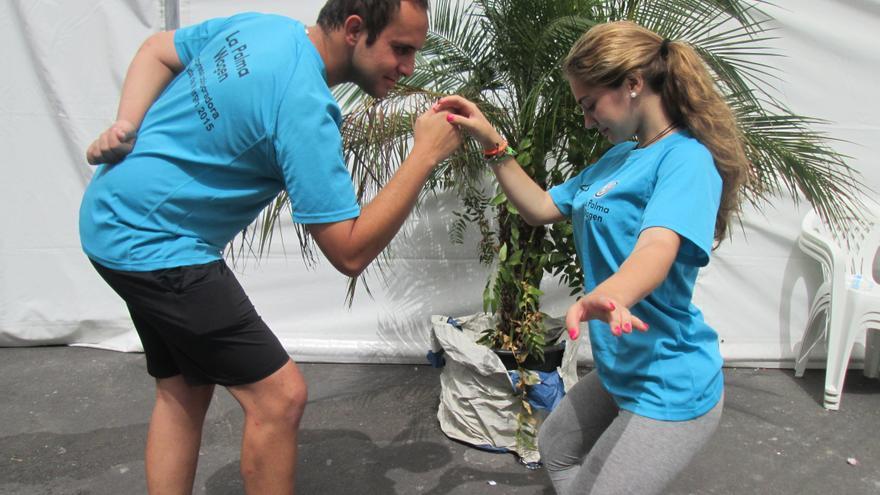 Luis Jaime y Alejandra hacen el característico movimiento del Minué. Foto: LUZ RODRÍGUEZ