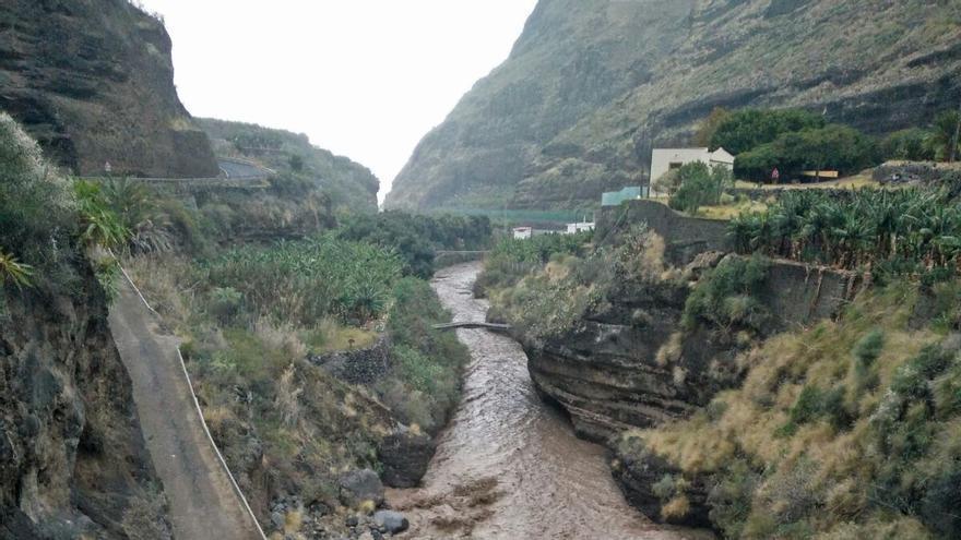 Barranco de Las Angustias, este martes, con abundante caudal.