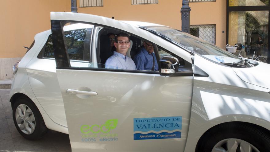 Jorge Rodríguez, dentro de uno de los nuevos coches híbridos de la Diputación
