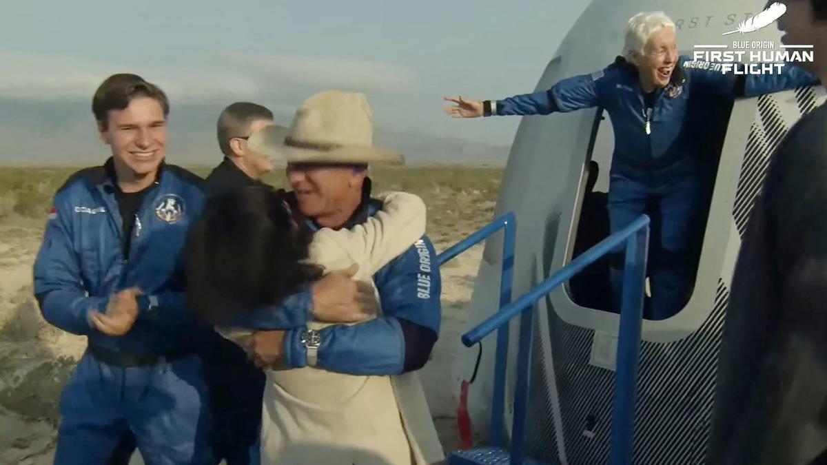 Sombrero de cowboy, lluvia de champagne, risas y abrazos: así fue el regreso de Jeff Bezos tras su viaje al espacio