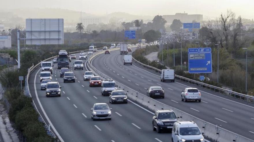 La autovía A-30 que une Cartagena y Albacete a su paso por Murcia, al fondo la pedanía del Palmar bajo una nube de contaminación.