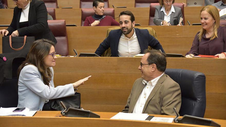 Mónica Oltra y Vicent Soler en las Corts Valencianes.
