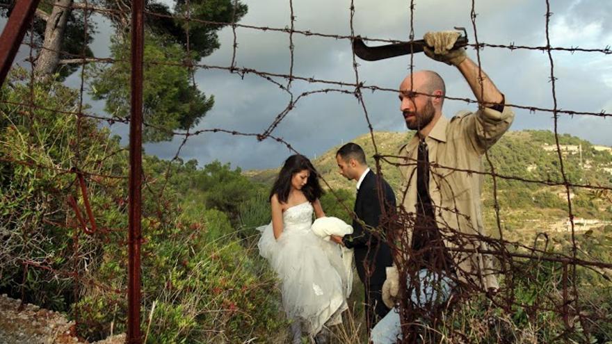 Los falsos novios de la boda, la tapadera que idean para viajar con varios refugiados a Suecia en un acto de desobediencia civil para los italianos del grupo y de búsqueda de una vida digna para los sirios