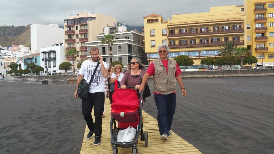 Elsa López, acompañada de su marido y de su nieto, fue la primera en llegar a la arena. Foto: LUZ RODRÍGUEZ