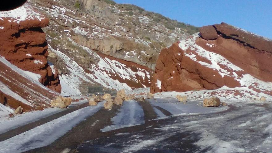 La carretera (LP-4) de acceso al Roque, este miércoles, con nieve y con escombros de desprendimientos en la calzada. Foto: ANA BEA.