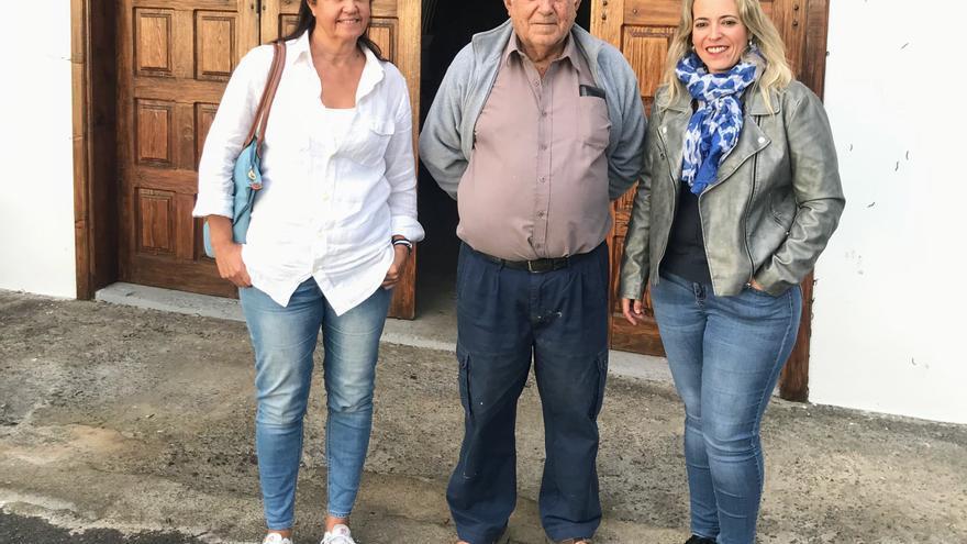 Víctor García, el último hojalatero de La Palma,  con Susana Machín (d), consejera de Artesanía del Cabildo de La Palma.