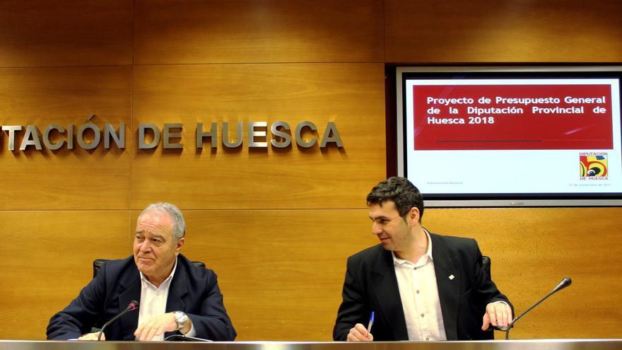 El presidente de la DPH, Miguel Gracia (izqda), y el diputado delegado de Hacienda, Fernando Sánchez