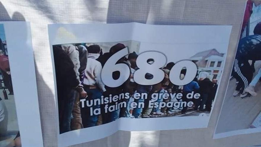 Uno de los carteles que portaban las madres de os tunecinos atrapados en Melilla, a los que el Gobierno español quiere expulsar.