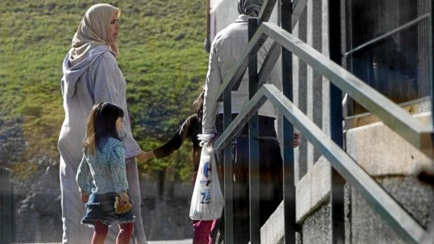 Personas inmigrantes acuden a un centro público en Bilbao