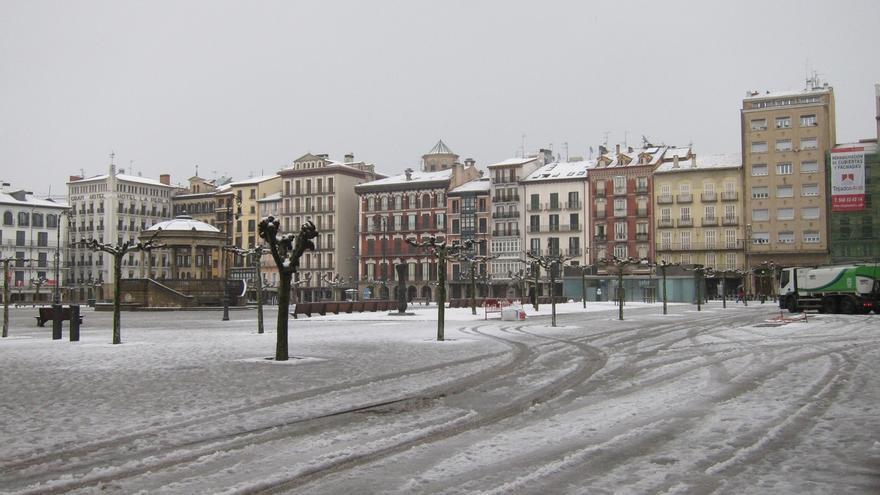 Seis quitanieves trabajan para limpiar las vías de Pamplona, donde sigue nevando con intensidad