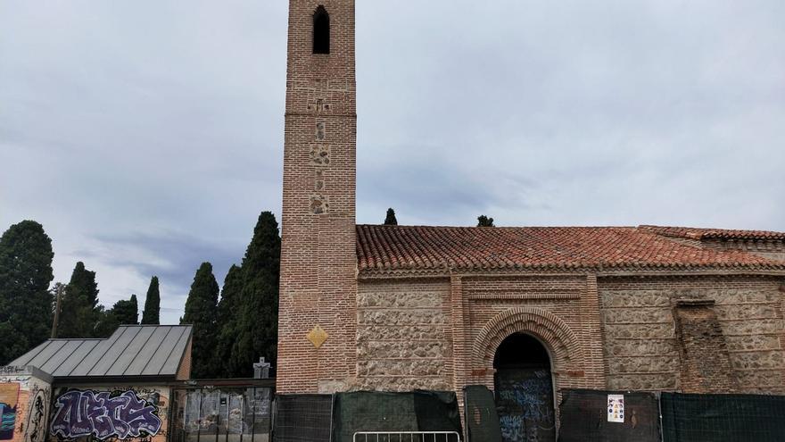 Obras de reparación de la ermita y grafities.