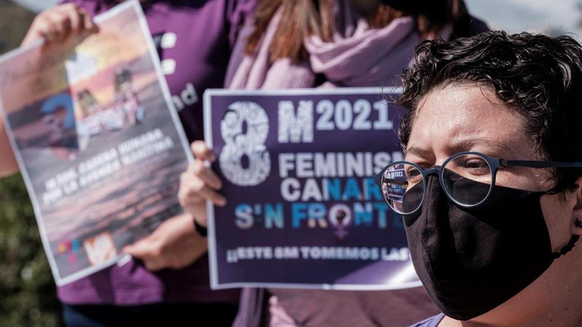 Integrantes de la Red Feminista de Gran Canaria informando sobre los actos que va a convocar el 8 de marzo. EFE/Ángel Medina G.