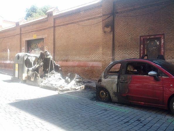 Contenedores quemados y coche afectado por el fuego en Divino Pastor | Foto: Somos Malasaña