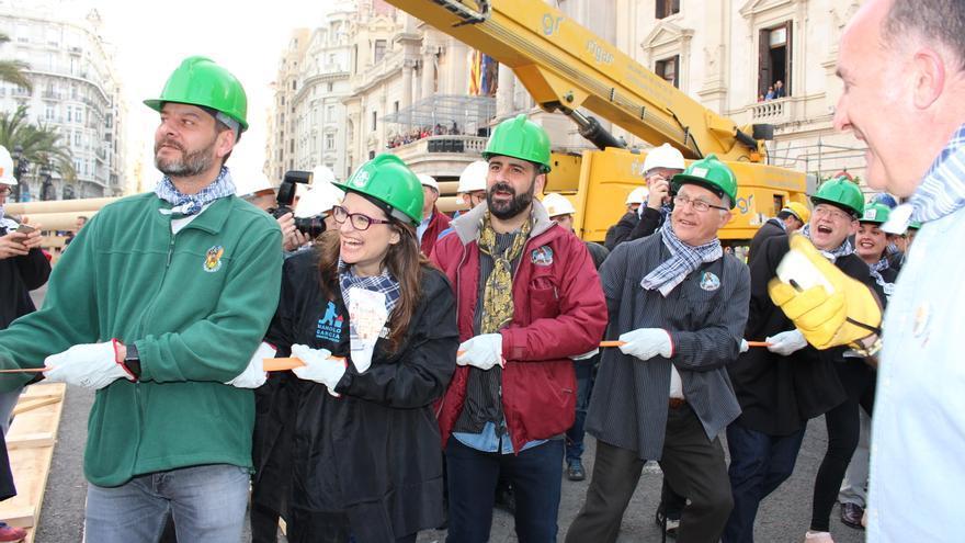 Joan Ribó, Mónica Oltra y Ximo Puig han ayudado a plantar 'al tombe' la falla del Ayuntamiento de Valencia.
