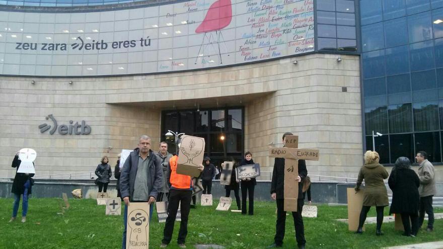 """Protesta contra la OPE y la """"destrucción de empleo público"""" en Radio Euskadi."""